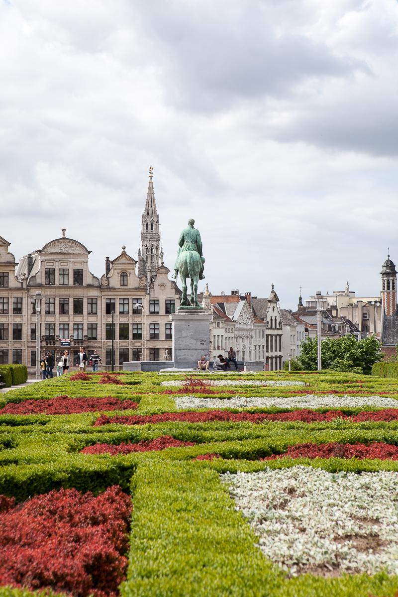 Bruxelles, Kunstberg (Mont des Arts). Monte des Arts, der Kunstberg, ist eine Erhebung in der Oberstadt von Brüssel, auf der sich viele interessante Museen befinden. Er umfasst das Gebiet zwischen dem Albertinagarten, dem Grand Sablon- und dem Königsplatz. Der Mont des Arts kann auf eine lange Geschichte zurückblicken, denn bereits im Mittelalter befand sich auf der Erhebung der Regierungssitz der Herzöge von Brabant. Sie errichteten dort oben einen prunkvollen Palast mit der berühmten Bibliothek von Burgund.