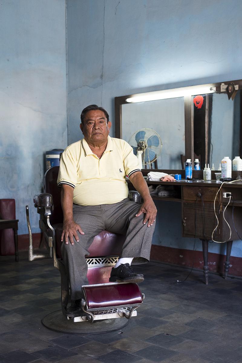 Porfirio Abumo (79 años). Barberia el Zanate. Trabaja desde 30 años en la barberia con dos colegas.